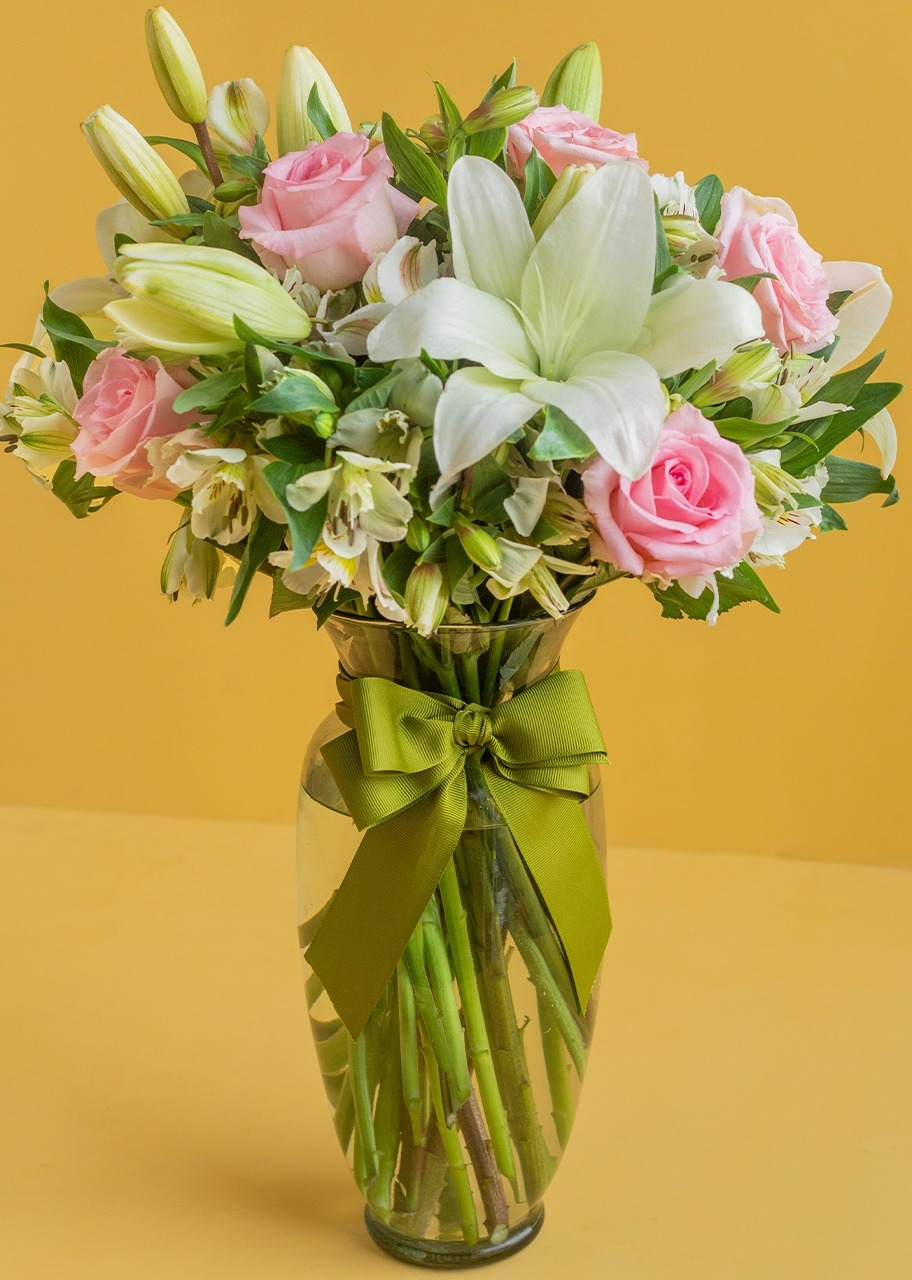 Imagen para Tenderness with Roses and Alstroemeria - 1