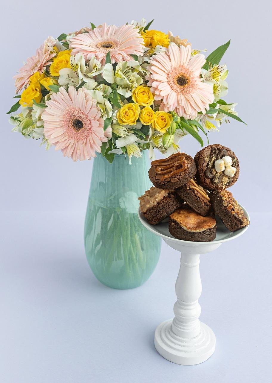 Imagen para 6 Gerberas rosas y mini rosas en jarrón con brownies - 1