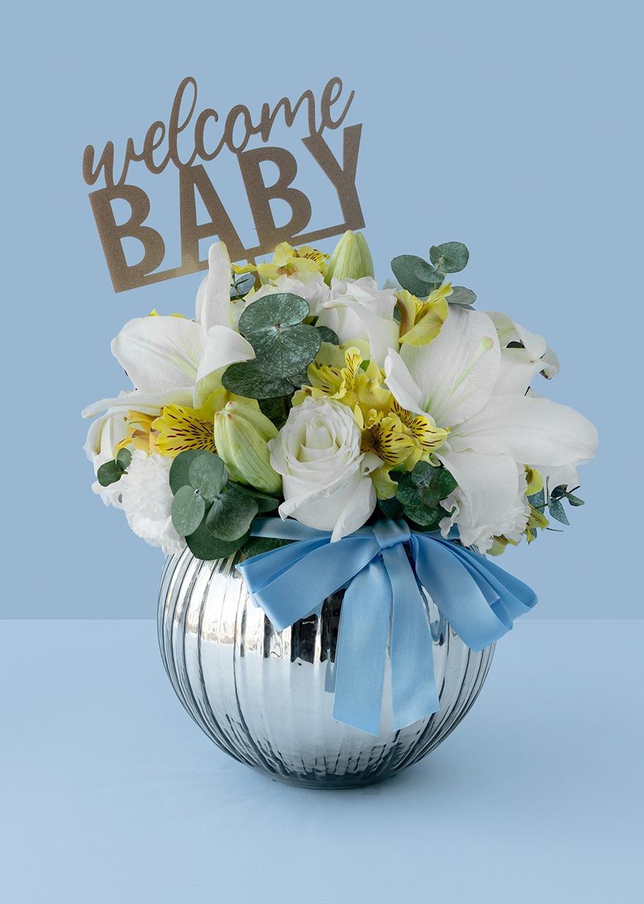 Imagen para Rosas blancas y lily blanca en pecera gris - 1