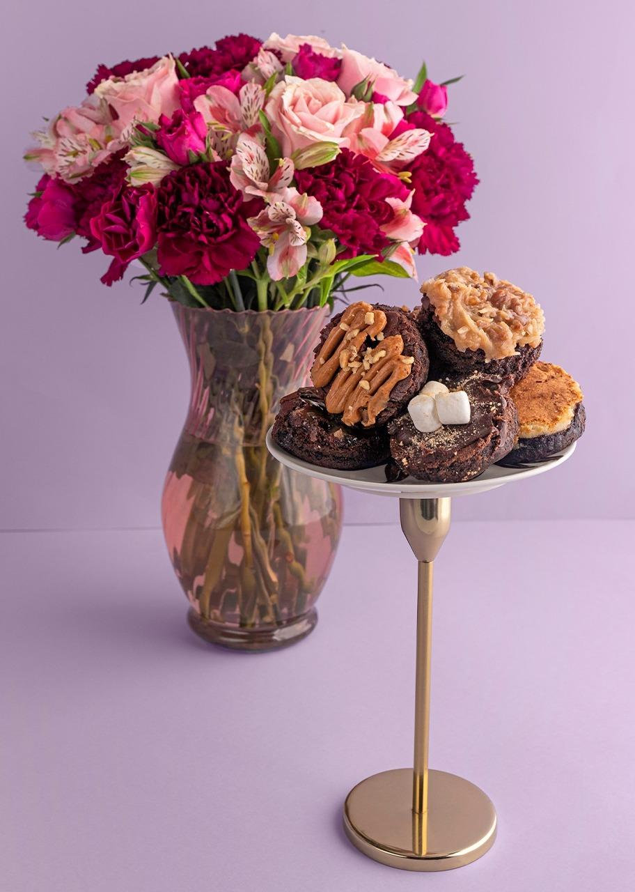 Imagen para Rosas y mini rosas en jarrón con Brownies - 1