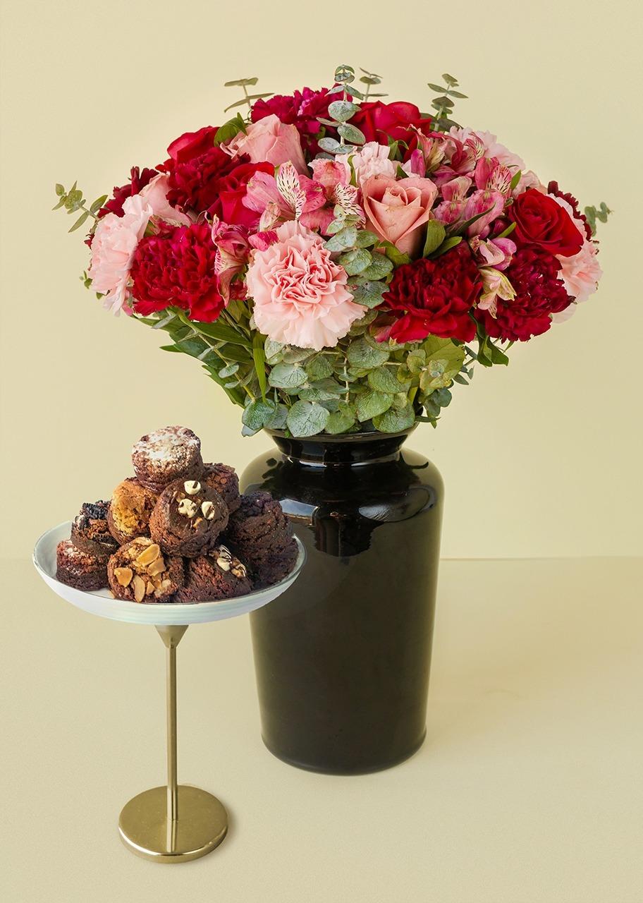 Imagen para Rosas y claveles en jarrón negro con brownies 8 piezas - 1