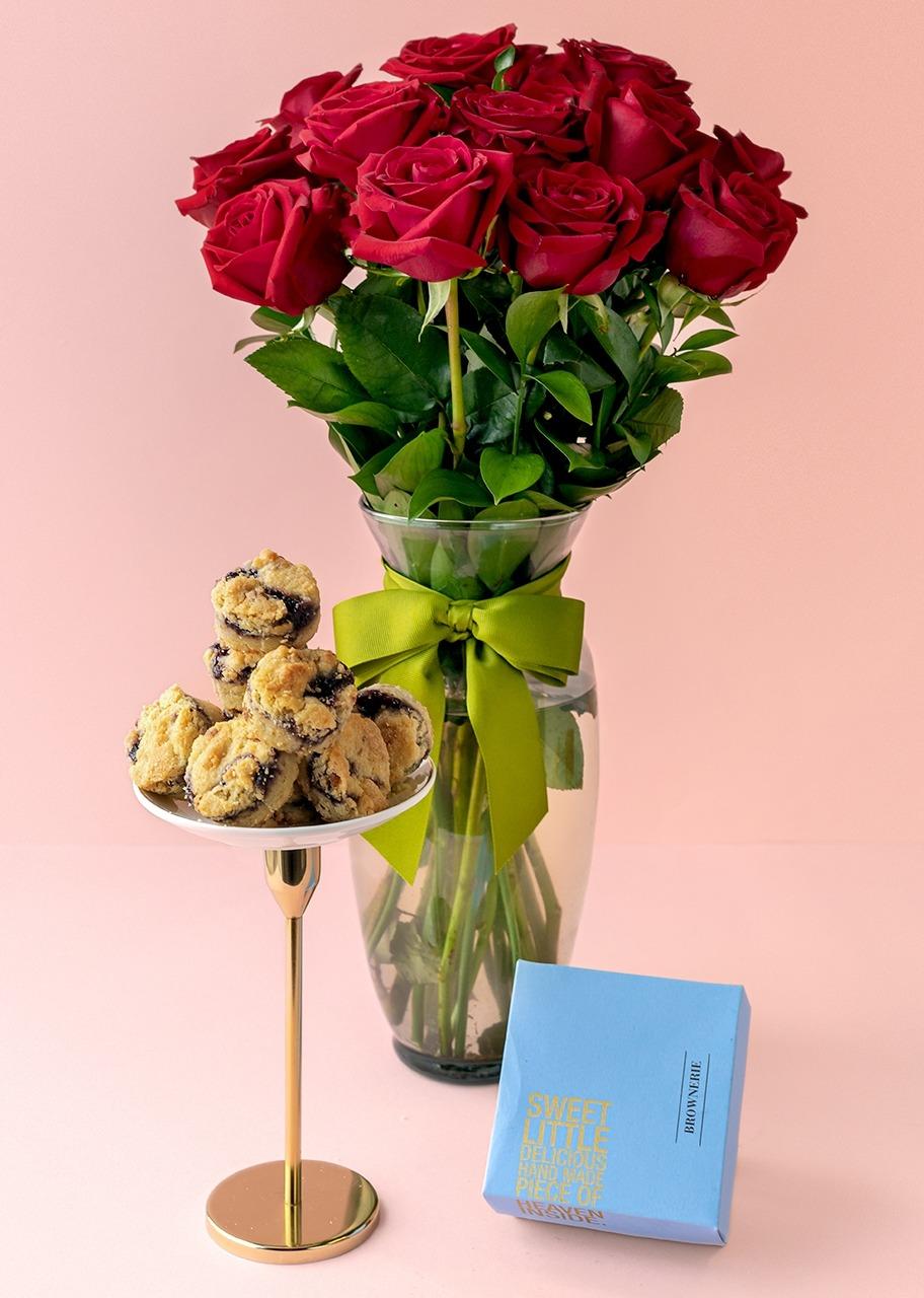 Imagen para 12 Rosas Rojas con Galletas de Zarzamora - 1