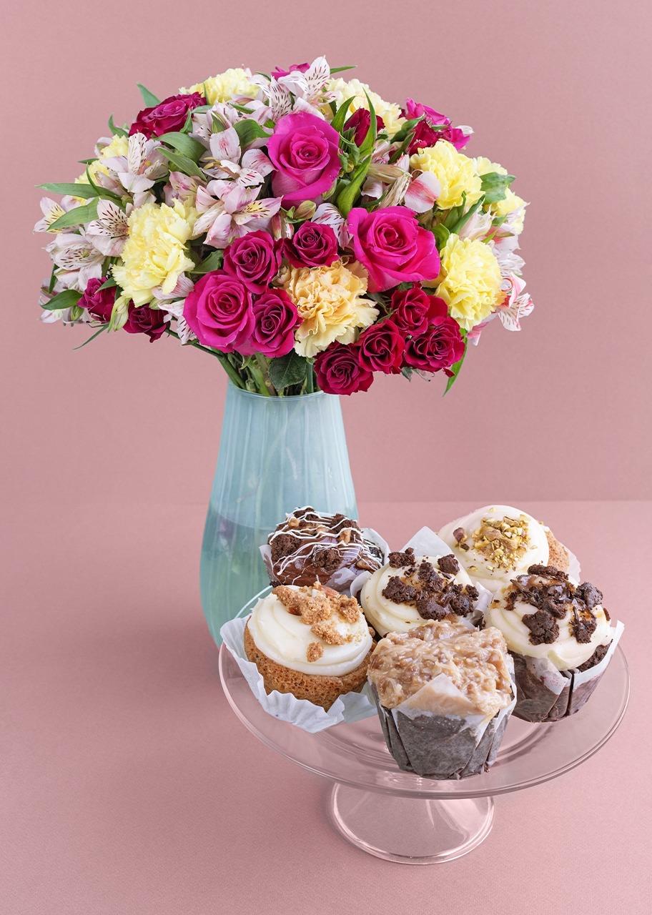 Imagen para Rosas y mini rosas en jarrón translucido con Muffins - 1