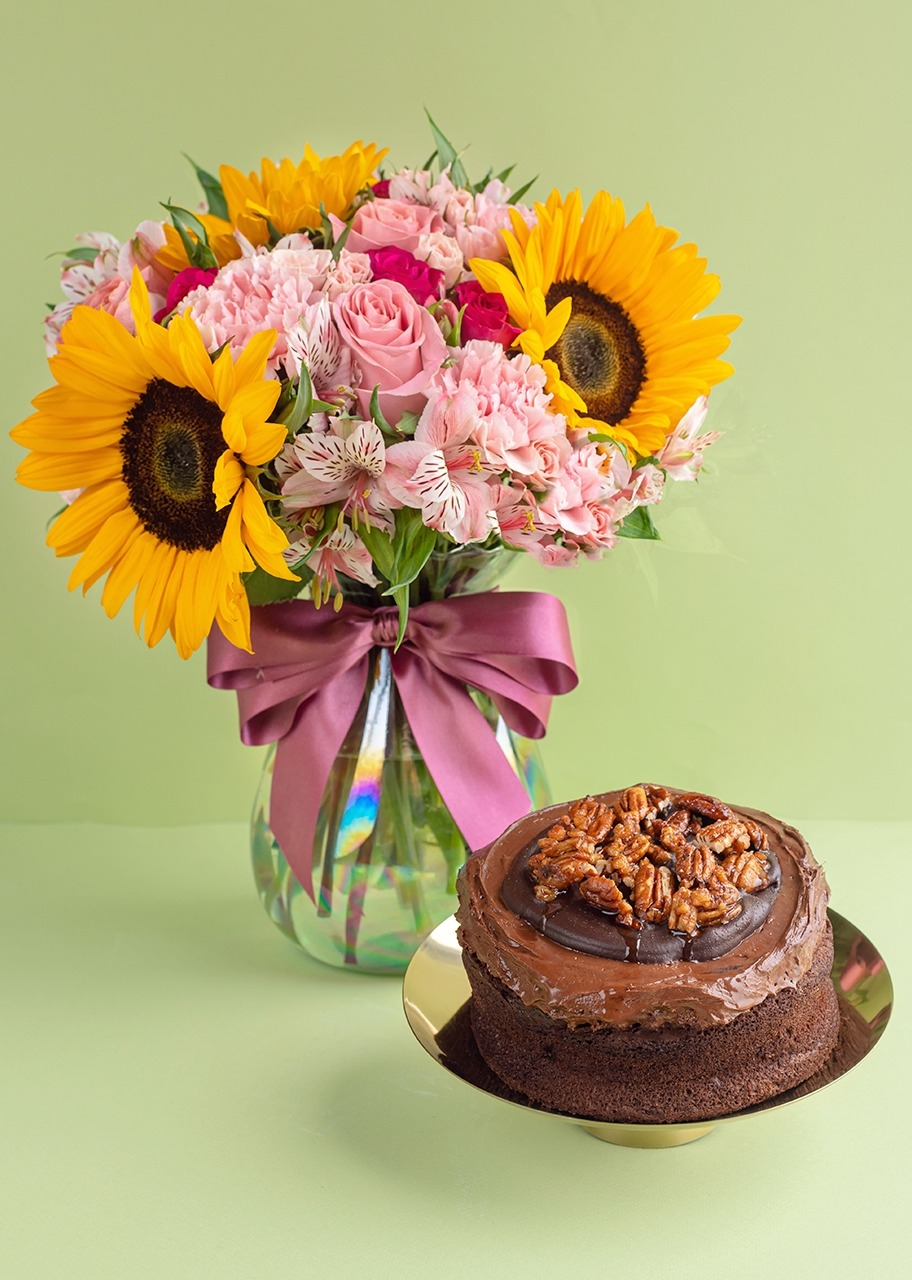 Imagen para Girasoles con mini rosas con pastel triple chocolate - 1
