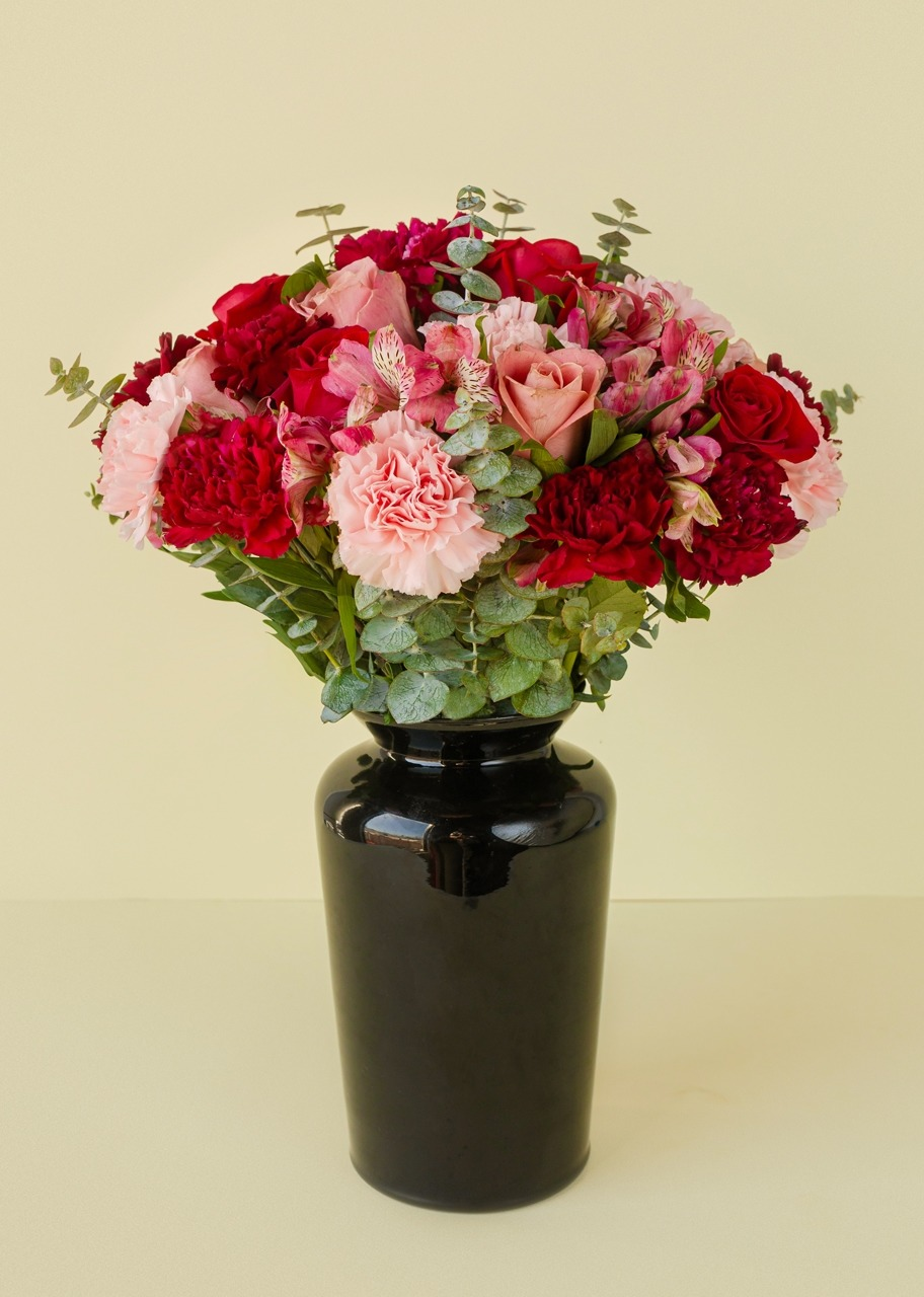 Imagen para Roses and carnations in black vase - 1