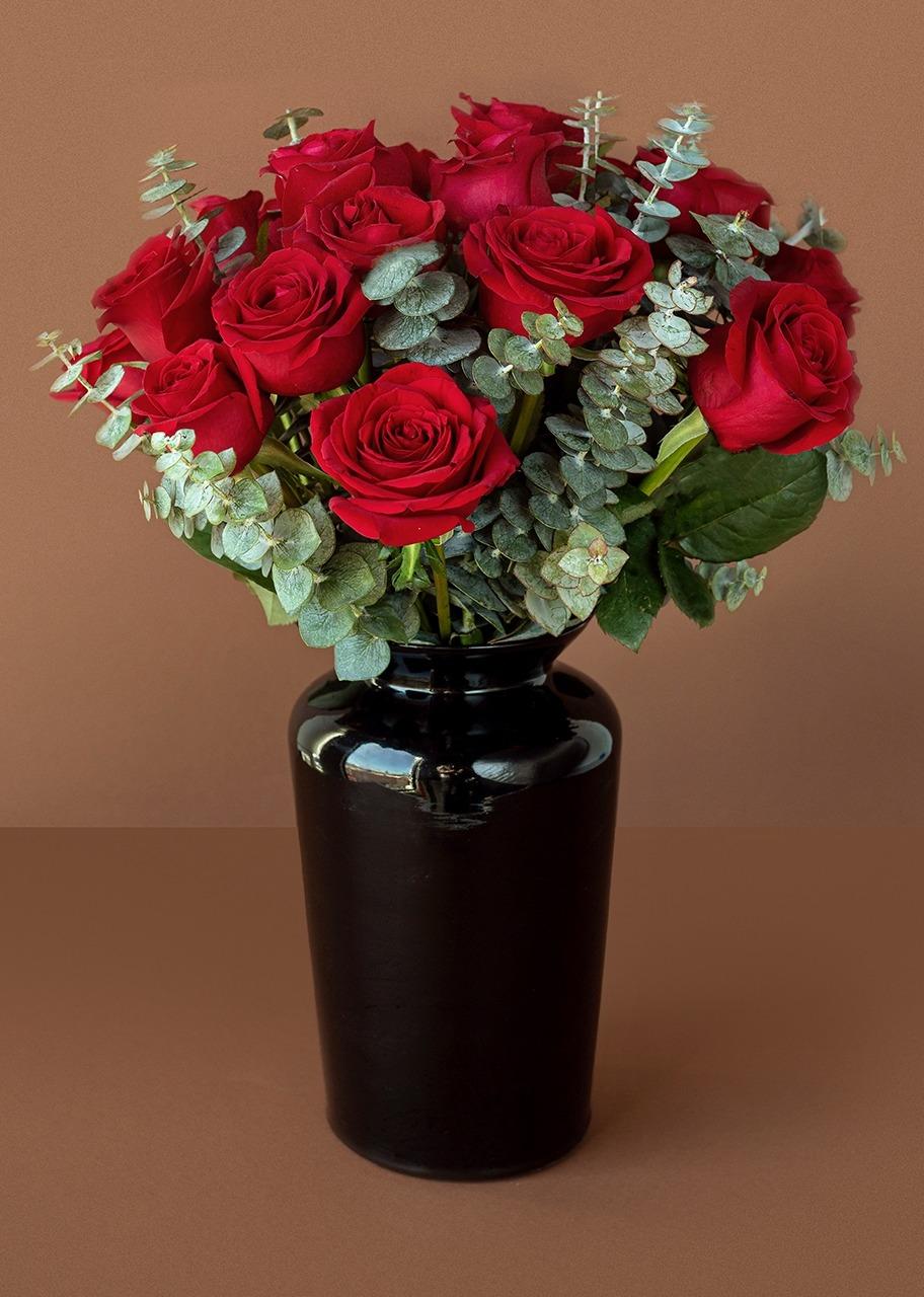 Imagen para 18 Rosas rojas en jarrón negro - 1
