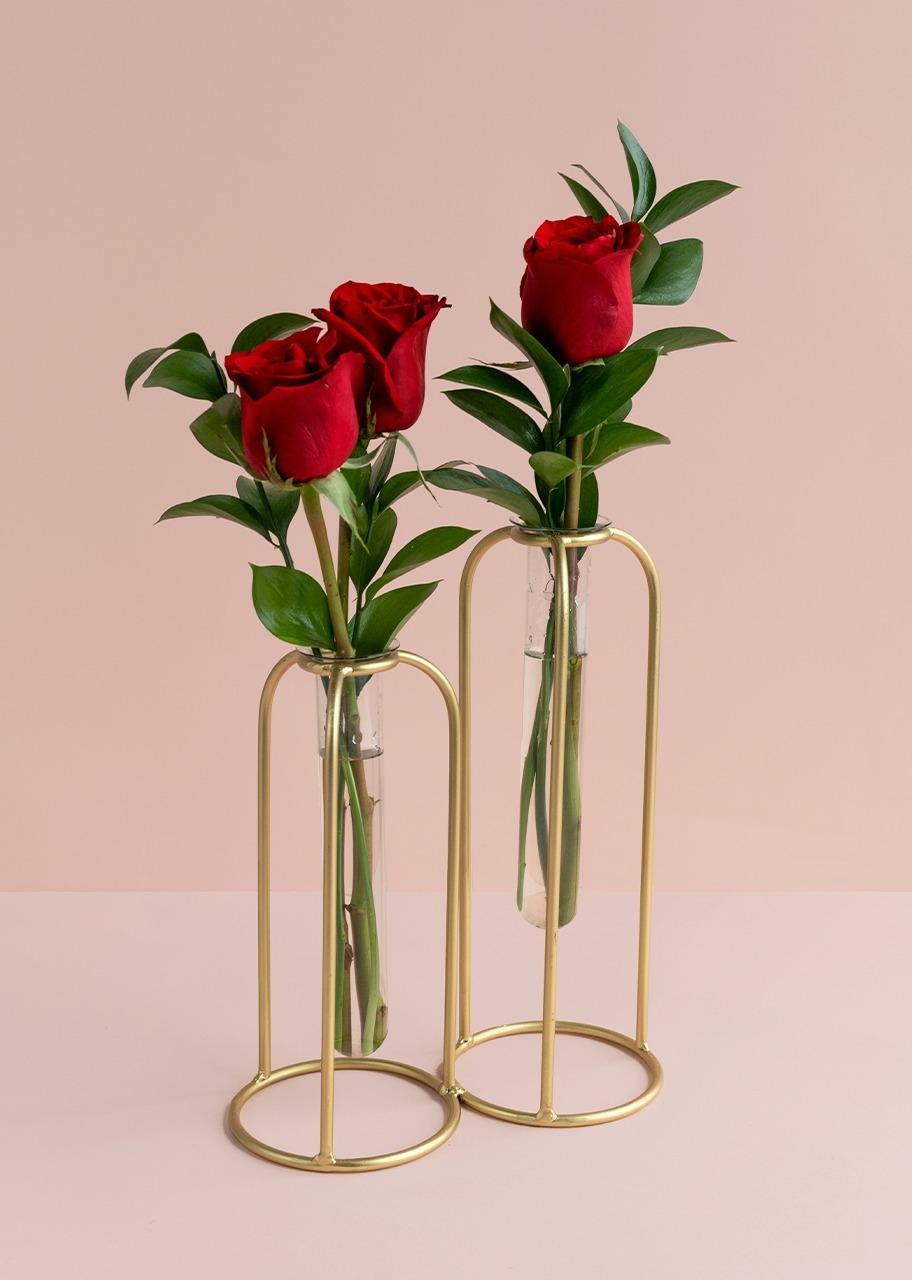 Imagen para Rosas rojas en violetero dorado - 1