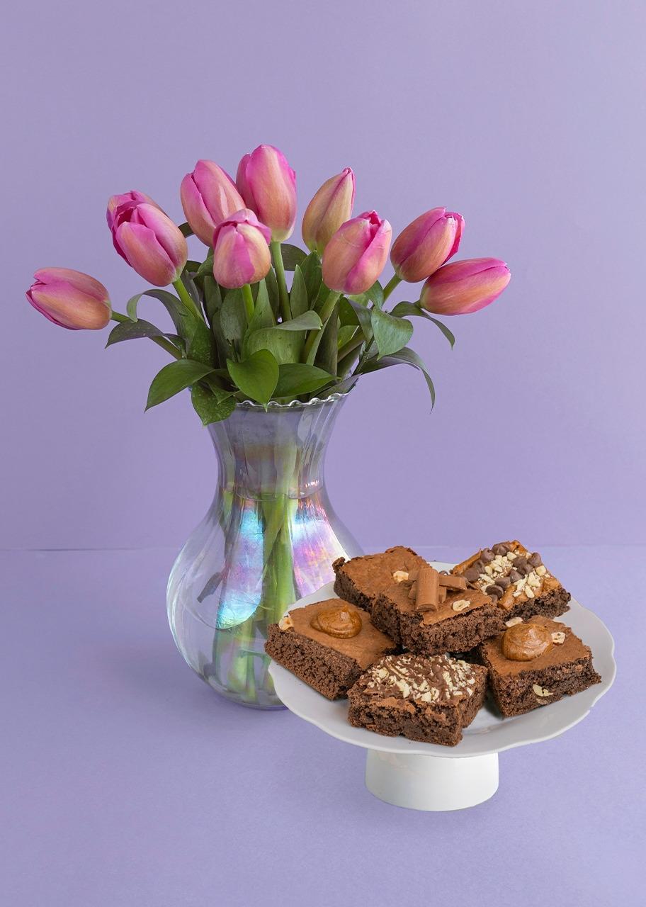Imagen para Tulipanes fiusha en jarrón tornasol con brownies - 1