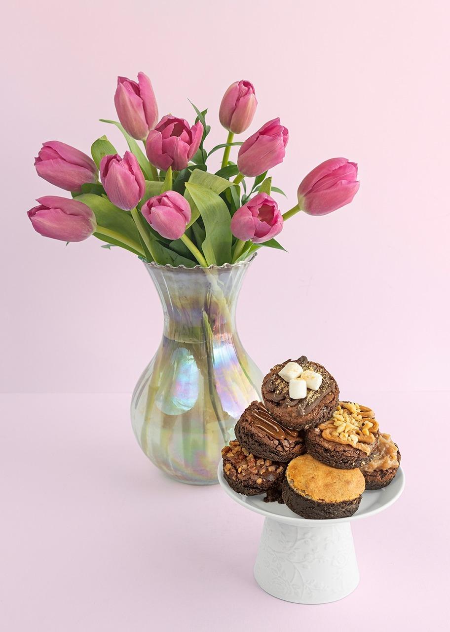 Imagen para Tulipanes en jarrón tornasol con brownies - 1