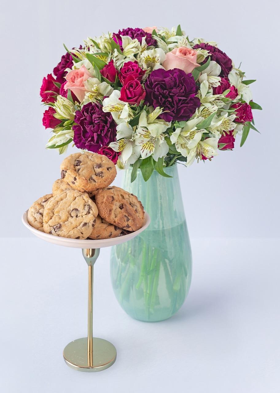 Imagen para Rosas y mini rosas en jarrón con galletas chocochip - 1