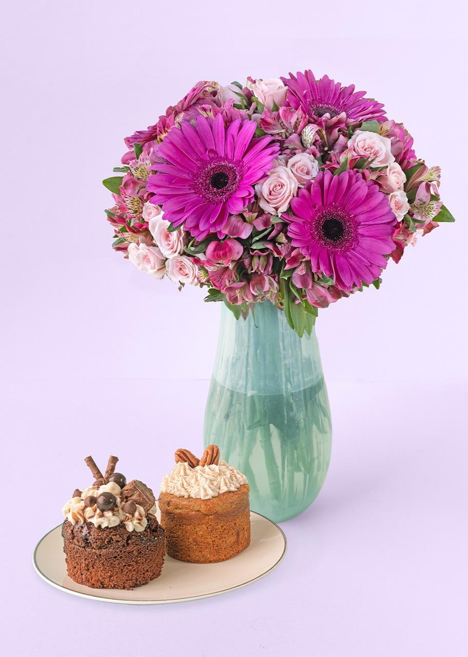 Imagen para Gerberas coloridas en jarrón con pasteles individuales - 1